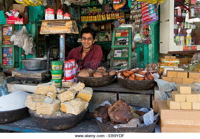 friendly-looking-grocer-at-the-market-jodhpur-rajasthan-india-eb9ydf